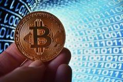 Kobiety mienia bitcoin fizyczna moneta przeciw ones i zero obraz royalty free