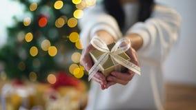 Kobiety mienia bożych narodzeń prezenta pudełko zbiory wideo