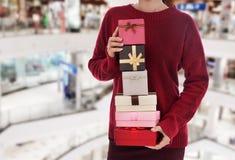 Kobiety mienia bożych narodzeń prezenta pudełko przy centrum handlowym zdjęcie stock