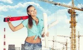 Kobiety mienia budowniczowie równi na ramieniu i papierze Obraz Stock