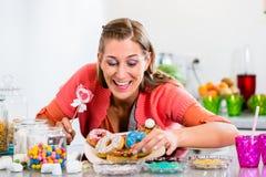 Kobiety mienia cukierku kij i zrywanie pączek Obraz Royalty Free