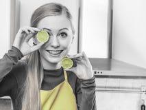 Kobiety mienia cytryny wapna owocowa połówka Zdjęcia Stock