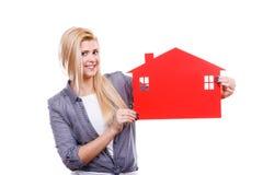 Kobiety mienia czerwieni papieru domu symbol Obrazy Stock