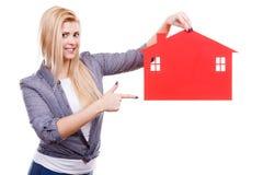 Kobiety mienia czerwieni papieru domu symbol Fotografia Stock