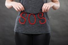 Kobiety mienia czerwieni SOS znak, potrzebuje pomoc Zdjęcie Stock