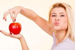 Kobiety mienia czerwony jabłko, zdrowy karmowy pojęcie Zdjęcie Stock