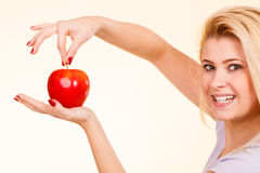 Kobiety mienia czerwony jabłko, zdrowy karmowy pojęcie Zdjęcia Stock