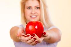 Kobiety mienia czerwony jabłko, zdrowy karmowy pojęcie Fotografia Stock