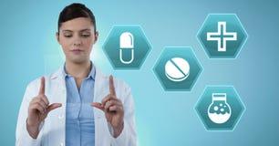 Kobiety mienia doktorska pastylka z medycyną narkotyzuje interfejsu sześciokąta ikony Zdjęcia Royalty Free
