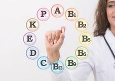 Kobiety mienia doktorski rozsypisko leki w ręce zdjęcia royalty free