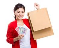 Kobiety mienia gotówka i torba na zakupy Zdjęcia Stock