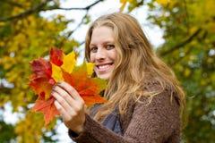 Kobiety mienia jesieni liście Fotografia Royalty Free