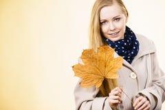 Kobiety mienia jesieni pomara?czowy li?? fotografia stock
