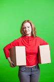 Kobiety mienia kartony na zielonym tle Obrazy Stock