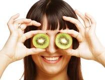 Kobiety mienia kiwi owoc dla ona oczy. Obrazy Stock