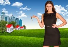 Kobiety mienia klucz Drapacze chmur i domy z Zdjęcia Stock