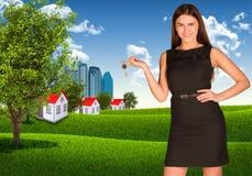 Kobiety mienia klucz Drapacze chmur i domy z Obraz Royalty Free