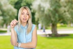 Kobiety mienia klucze Zdjęcie Royalty Free