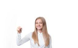Kobiety mienia klucze od nowego domu Agent nieruchomości pokazywać klucze Zdjęcie Royalty Free