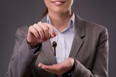 Kobiety mienia klucze w budynek mieszkalny hipotekują pojęcie Obraz Royalty Free