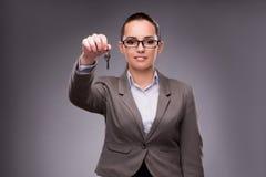 Kobiety mienia klucze w budynek mieszkalny hipotekują pojęcie Obrazy Stock