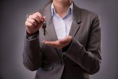 Kobiety mienia klucze w budynek mieszkalny hipotekują pojęcie Obraz Stock