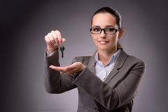 Kobiety mienia klucze w budynek mieszkalny hipotekują pojęcie Fotografia Stock