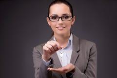 Kobiety mienia klucze w budynek mieszkalny hipotekują pojęcie Zdjęcie Royalty Free