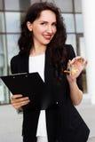 Kobiety mienia klucze z budynkiem w tle Obraz Royalty Free