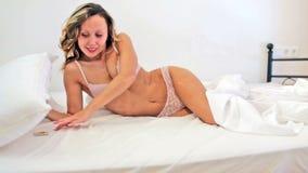 kobiety mienia kondom w łóżku Fotografia Stock