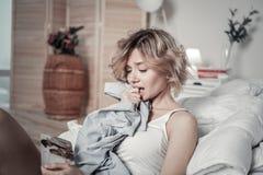 Kobiety mienia koszula ex mąż i patrzeć ich fotografię obrazy stock