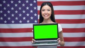 Kobiety mienia laptop z zieleń ekranem, usa flaga na tle, językowe lekcje zbiory wideo