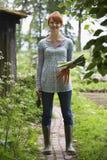 Kobiety mienia Leeks W ogródzie I marchewki obrazy royalty free
