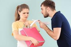 Kobiety mienia mężczyzna i torba na zakupy Zdjęcie Royalty Free