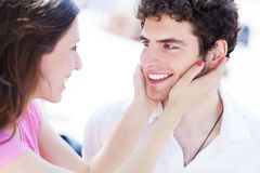 Kobiety mienia mężczyzna twarz w ona ręki Fotografia Stock