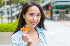 Kobiety mienia motyli ciastka przy plenerowym Zdjęcie Royalty Free