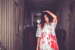 Kobiety mienia nóż z krwią, Halloween pojęcie obrazy royalty free