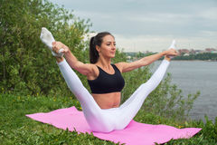 Kobiety mienia nóg ćwiczeń w oddaleniu robi aerobiki rozgrzewkowi z gimnastykami dla elastyczności nogi rozciągania treningu up Obrazy Royalty Free