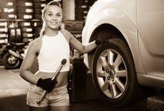 Kobiety mienia narzędzie w rękach i działanie z samochodem w usługa poi Zdjęcie Stock