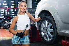 Kobiety mienia narzędzie w rękach i działanie z samochodem w usługa poi Obraz Stock