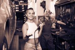 Kobiety mienia narzędzie w rękach i działanie z samochodem w usługa poi Fotografia Stock