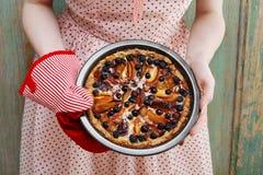 Kobiety mienia owocowy tarta brać prosto z piekarnika Obraz Royalty Free