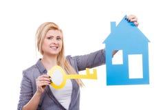 Kobiety mienia papieru domu klucz i model Obrazy Stock
