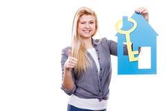 Kobiety mienia papieru domu klucz i model Fotografia Royalty Free