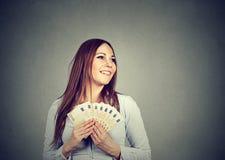 Kobiety mienia pieniądze euro banknoty marzy dlaczego wydawać zdjęcie stock