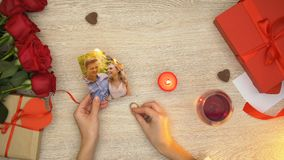 Kobiety mienia pierścionku zaręczynowego i palenie pary szczęśliwa fotografia, miłość czary, magia zbiory wideo
