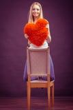 Kobiety mienia poduszki miłości serce kształtujący symbol Zdjęcie Royalty Free