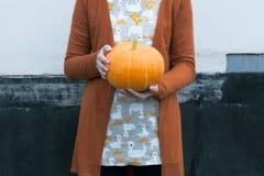 Kobiety mienia pomarańczowa bania w rękach Fotografia Royalty Free