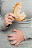 Kobiety mienia pszeniczny chleb, celiac choroba lub trzewny warunek, Fotografia Royalty Free