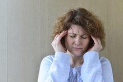 Kobiety mienia ręki na głowie, depresja, ból Zdjęcia Stock